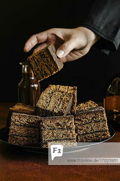 Kuchenstücke aus Honig-Lebkuchenteig mit Pflaumenmarmelade