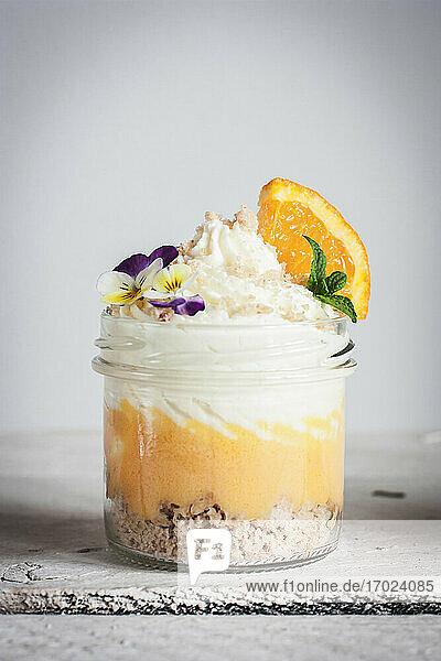 Orangenmousse mit Keksbrösel