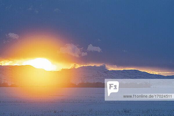 USA  Idaho  Fairfield  Sonnenuntergang über Bergen und Prärie