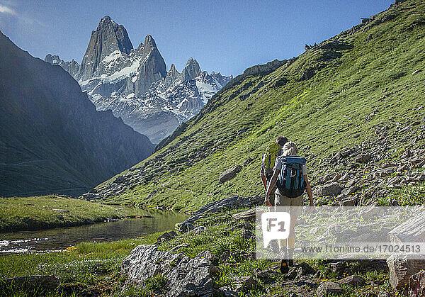 Chile  Patagonien  Wanderer beim Wandern in den Bergen
