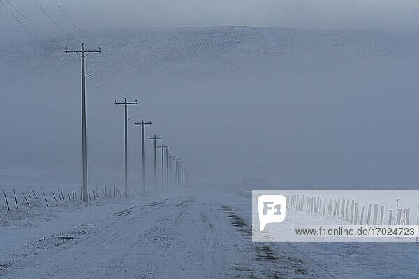 USA  Idaho  Bellevue  Leere gefrorene Landstraße im Winter