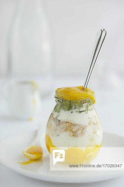 Joghurtmüsli mit Fruchtsmoothie im Glas