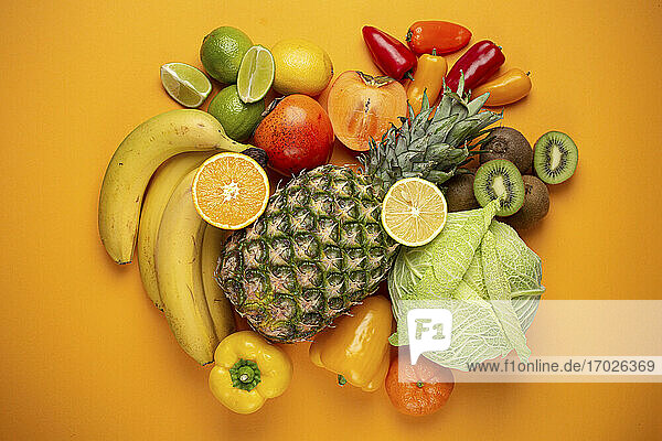 Stilleben mit exotischen Früchten  Paprika und Wirsing