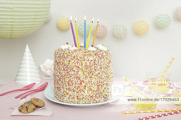 Funfetti-Geburtstagskuchen mit fünf Kerzen