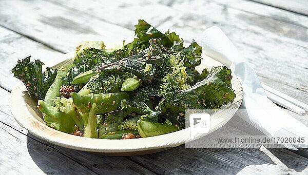 Broccoli-Salat mit Erbsenschoten  Grünkohl und Nüssen