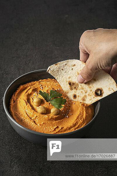 Kürbis-Hummus mit Pitabrot