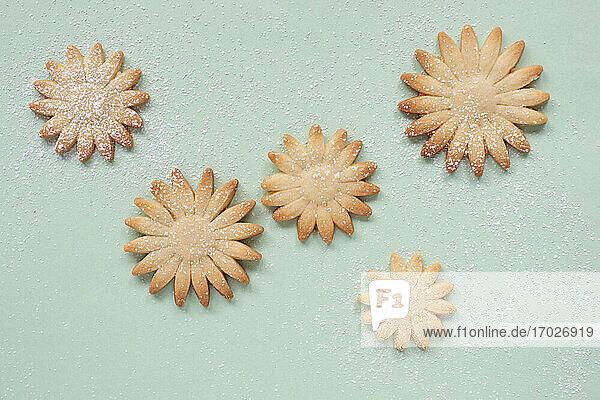 Blumenförmige Butterplätzchen