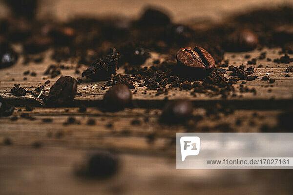 Geröstete Kaffeebohnen und Instantkaffee auf dunklem Holztisch