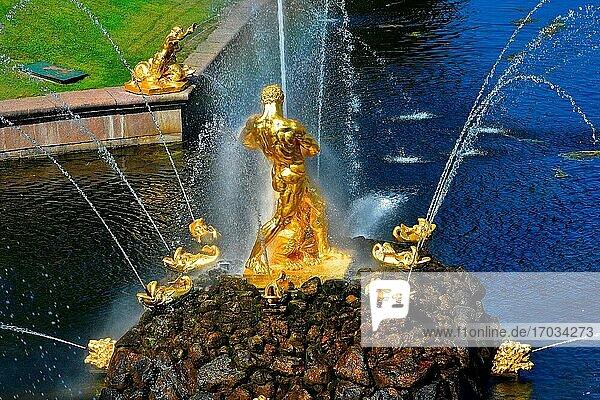Goldene Skulpturen Samson-Brunnen. Große Kaskade und Großer Kanal. XVIII. Jahrhundert. Peterhof Petrodvorets Russland