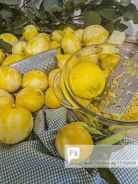 Zitronen schälen.