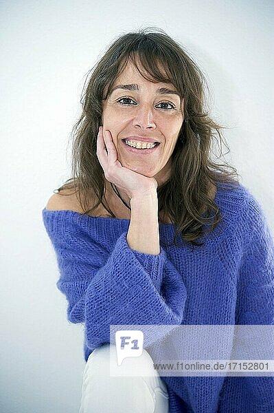 Junge Frau im Pullover schaut in die Kamera