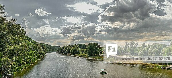 Svyatogorsk  Ukraine 07. 16. 2020. Der Fluss Sewerskij Donez in der Nähe der Lawra von Swjatogorsk oder Swiatohirsk an einem sonnigen Sommermorgen.