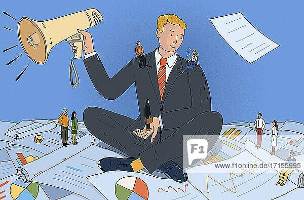 Geschäftsmann analysiert Daten und hört sich Ratschläge an  bevor er eine Ankündigung macht