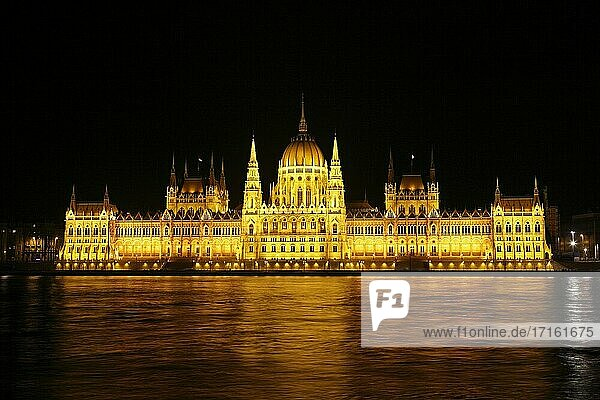 Hungarian Parliament House at dusk  Budapest  Hungary.