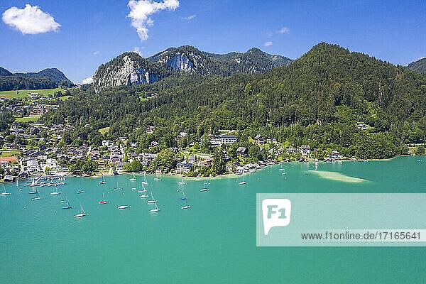 Austria  Salzburg  Sankt Gilgen  Aerial view of village on shore of Lake Wolfgang in summer