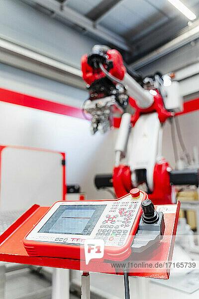 Nahaufnahme eines Bedienfelds für Schweißroboter in einer Fabrik