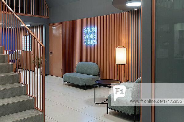 Innenraum eines Arbeitsplatzes mit beleuchtetem Blaulicht auf westlicher Schrift Innenraum eines Arbeitsplatzes mit beleuchtetem Blaulicht auf westlicher Schrift