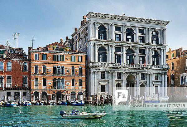 Palazzo Grimani di San Luca (Corte d'Appello)  typische venezianische Haeuserfassaden am Canale Grande  Venedig  Venetien  Italien  Palazzo Grimani di San Luca (Corte d'Appello)  typical Venetian house facades on the Grand Canal  Venice  Veneto  Italy 