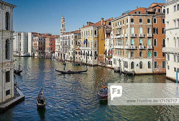 typische venezianische Haeuserfassaden am Canale Grande  Venedig  Venetien  Italien  typical Venetian house facades on the Grand Canal  Venice  Veneto  Italy 