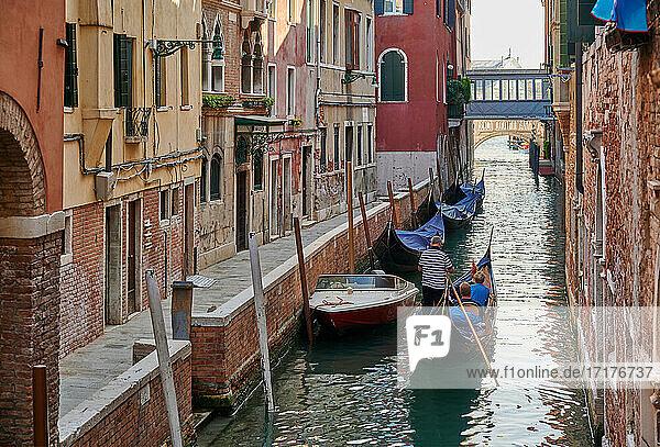 Typischer kleiner Kanal und Haeusern in Venedig  Venetien  Italien  typical small canal and buildings in Venice  Veneto  Italy 