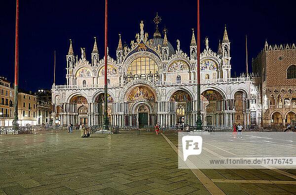 Nachtaufnahme des beleuchteten  beruehmter Markusdom oder Basilica di San Marco  Venedig  Venetien  Italien |Night shot of the illuminated famous St Mark's Basilica or Basilica di San Marco  Venice  Veneto  Italy|