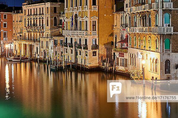 Nachtaufnahme des Canale grande und beleuchteten Gebaeuden von der Rialtobruecke aus  Venedig  Venetien  Italien |Night shot of the Grand Canal and illuminated buildings from the Rialto Bridge  Venice  Veneto  Italy|