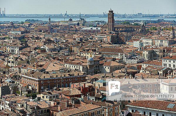 Luftaufnahme vom Markusturm mit Stadtansicht von Venedig  Venetien  Italien |arial view from St Mark's Campanile with cityscape of Venice  Veneto  Italy|