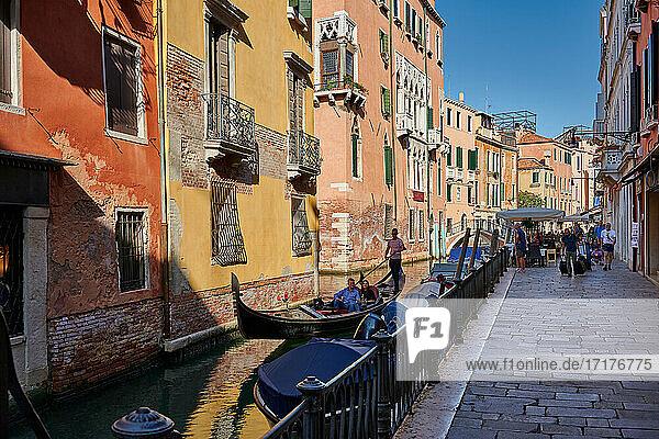 Typischer kleiner Kanal und Haeusern in Venedig  Venetien  Italien |typical small canal and buildings in Venice  Veneto  Italy|
