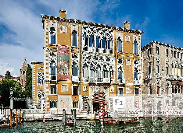 Palazzo Franchetti oder Palazzo Cavalli-Franchetti  typische venezianische Haeuserfassaden am Canale Grande  Venedig  Venetien  Italien  Palazzo Franchetti or Palazzo Cavalli-Franchetti  typical Venetian house facades on the Grand Canal  Venice  Veneto  Italy 