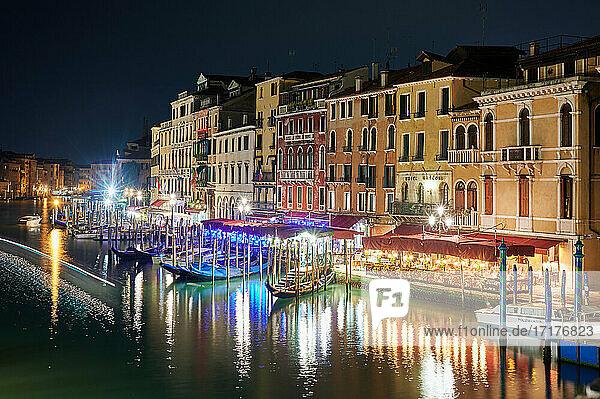 Nachtaufnahme des Canale grande und beleuchteten Gebaeuden von der Rialtobruecke aus  Venedig  Venetien  Italien  Night shot of the Grand Canal and illuminated buildings from the Rialto Bridge  Venice  Veneto  Italy 