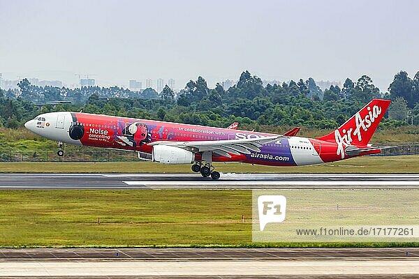 Ein Airbus A330-300 Flugzeug der AirAsia X mit dem Kennzeichen 9M-XXJ in der Sony Noise Cancelling Sonderbemalung auf dem Flughafen Chengdu  China  Asien
