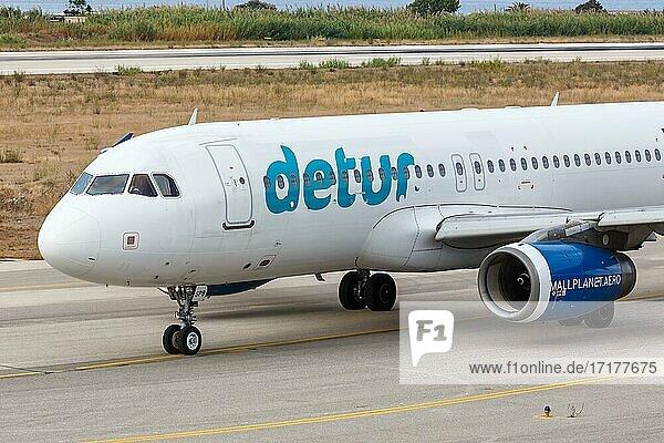 Ein Airbus A320 Flugzeug der Small Planet Airlines mit dem Kennzeichen LY-SPB auf dem Flughafen Rhodos (RHO)  Rhodos  Griechenland  Europa