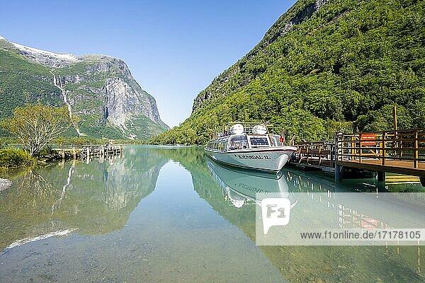 Ausflugsboot am See Lovatnet  Kjenndalstova  Loen  Vestland  Norwegen  Europa