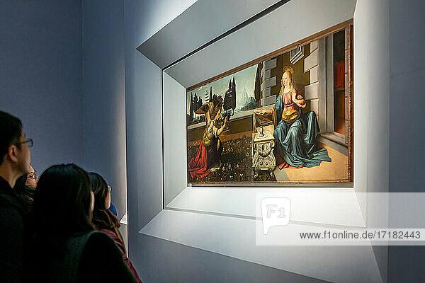 Florenz  Italien  die Uffizien  eine Menge von Touristen  die sich die Verkündigung von Leonardo ansehen