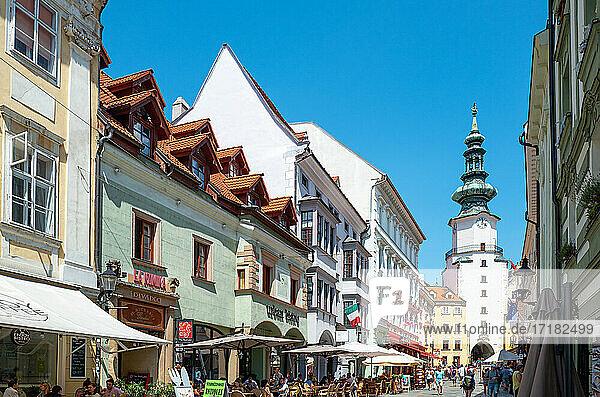 Bratislava  Slowakei  Die Paläste der Michalska Straße mit dem Uhrenturm des St. Michael Tores  im Hintergrund