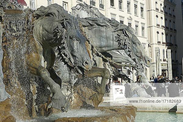 Der Bartholdi-Brunnen an der Place des Terreaux in Lyon  Frankreich Pferdebrunnen