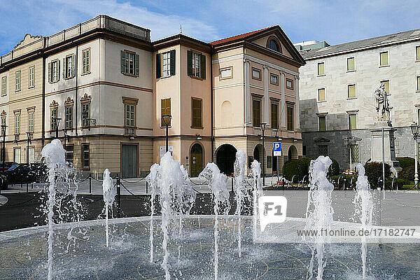 Italien  Lombardei  Lecco  Mazzini-Platz-Brunnen und Garibaldi-Platz
