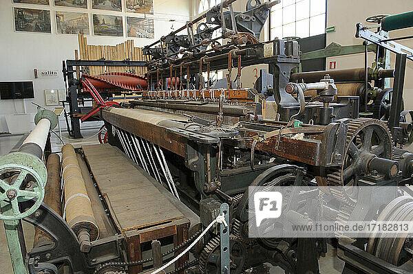 Europa  Italien  Lombardei  Varese-Land  Busto Arsizio  Textilmuseum mit alten Maschinen zur Stoffverarbeitung. Peitschenwebstuhl mit Schützen für Industriegewebe
