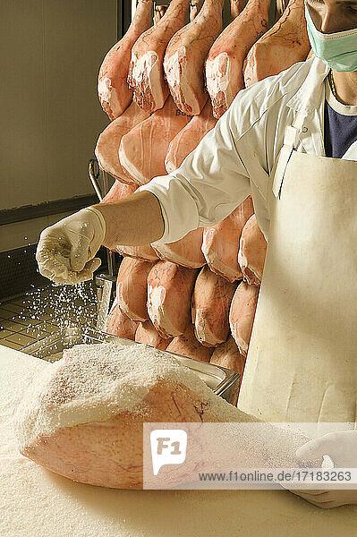 Europa  Italien  Bergamo. Die Wurstfabrik IBS in Azzano S. Paul produziert in der Fabrik Ardesio im Val Seriana Schinken Ca del Botto . Die Würzung wird mit Heu aromatisiert.