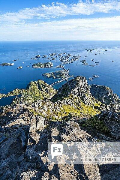 Kleine Felsinseln im Meer  Ausblick vom Gipfel des Berges Festvågtind auf Ort Henningsvær  Vågan  Lofoten  Nordland  Norwegen  Europa