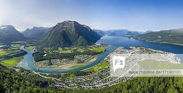 Ausblick von der Wanderung Romsdalseggen  Berggrat  Fluss Rauma und Fjord Romsdalsfjorden  Romsdalfjellene-Berge  Andalsnes  Møre og Romsdal  Norwegen  Europa
