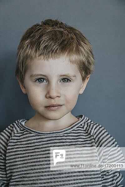 Niedlicher Junge vor einem Hintergrund