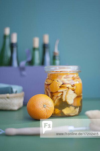 DIY-Reinigungsmittel aus Essig und Orangenschalen DIY-Reinigungsmittel aus Essig und Orangenschalen