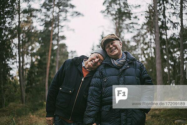 Porträt von lächelnden Homosexuell Paar im Wald stehen