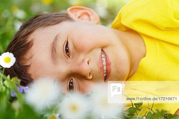 Kind Frühling Blumen Blumenwiese kleiner Junge Portrait Gesicht draußen Natur outdoor