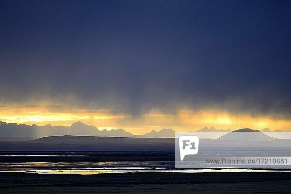 Zentralkordillere bei Sonnenuntergang und Gewitterregen  Provinz Junín  Peru  Südamerika