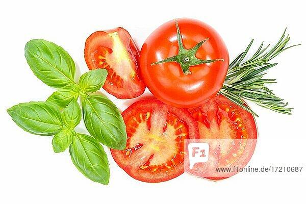 Tomaten mit Basilikum Gemüse von oben freigestellt Freisteller isoliert vor einem weißen Hintergrund