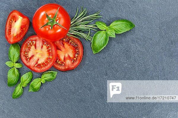 Tomaten mit Basilikum Gemüse von oben Schieferplatte Textfreiraum Copyspace Copy Space