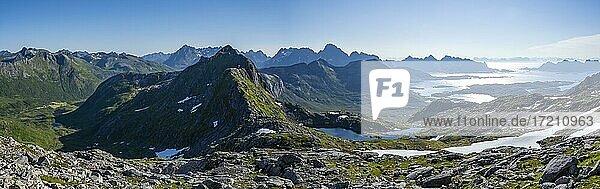 Fjorde  Berge und Landschaft vom Gipfel des Rundfjellet  Lofoten  Nordland  Norwegen  Europa