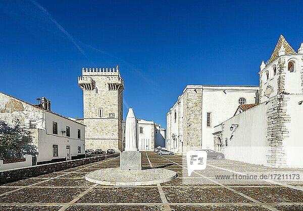 Historischer Platz mit der Burg  Kirchen und dem Denkmal der Königin Isabela  Estremoz  Évora  Portugal  Europa